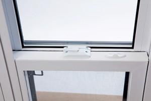 Système d'ancrage pour fenêtre coulissante PVC