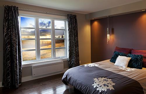 Chambre à coucher avec fenêtres à battants