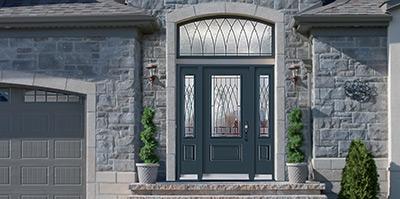 Exemple de devant de maison avec porte en acier