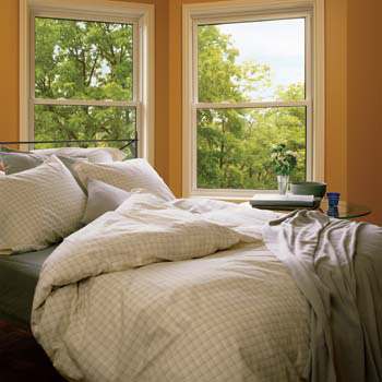 Exemple de fenêtre à guillotine hybride installée dans une chambre