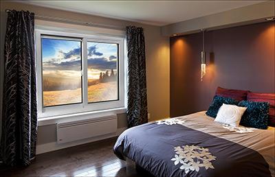 Chambre avec fenêtres coulissantes